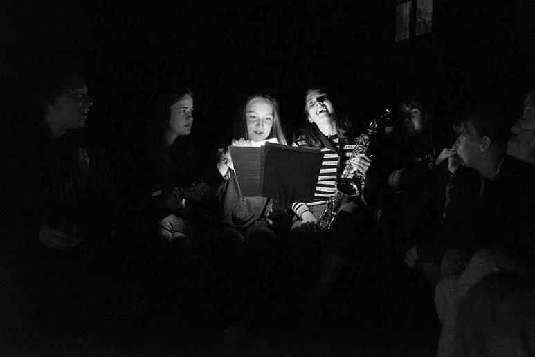 První společný táborák za zvuku kytary, ukulele i saxofonu. Foto: Petr Kucka