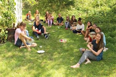 Veganská strava u účastníků slavila úspěch, stejně jako venkovní stolování. Foto: Marie Drahoňovská