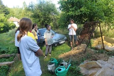 Práce na přírodní hliněné omítce začala už na zahradě proséváním zeminy. Foto: Tereza Navrátilová