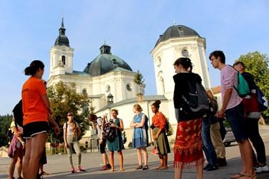 Kde jinde začít exkurzi po Moravském krasu, než u křtinského kostela. Foto: Marie Drahoňovská