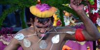 Mají extrémní náboženské rituály blahodárný vliv na zdraví věřících, kteří je podstupují?