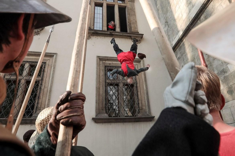 Rekonstrukce první pražské defenestrace v létě 2019 v Praze. Foto je pouze ilustrační, u nás z okna nikdo živý (bohužel) nepoletí.