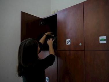 V knihovně se nacházejí skříňky různých velikostí. Klíčky student dostane výměnou za podpis a telefonní číslo do půjčovní knihy u informačního pultu. Foto: Miloslava Némová