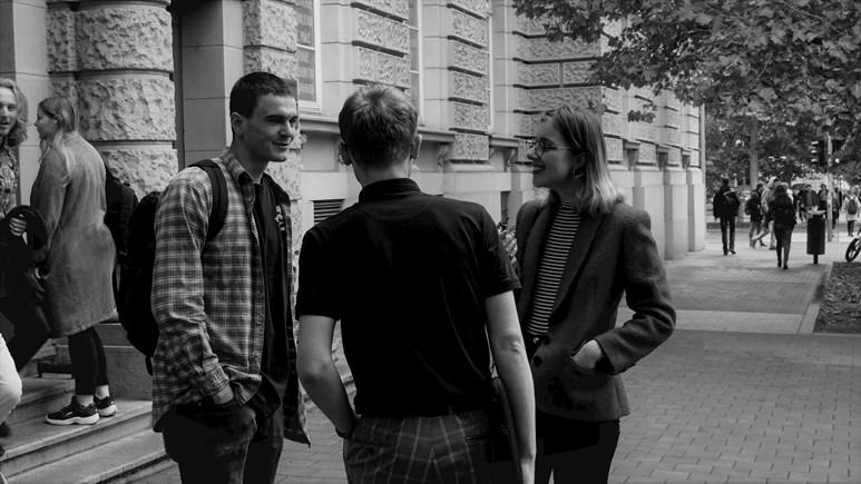 Skupinka studentů využívá poslední volné minuty k debatě před začátkem výuky. Foto: Miloslava Némová