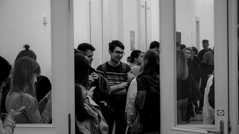 Hlasité rozhovory před posluchárnou ve třetím patře. Foto: Miloslava Némová