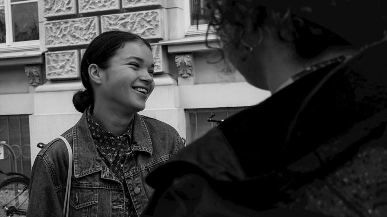 Studentka Agáta Prokopová si užívá debatu před školou. Foto: Miloslava Némová