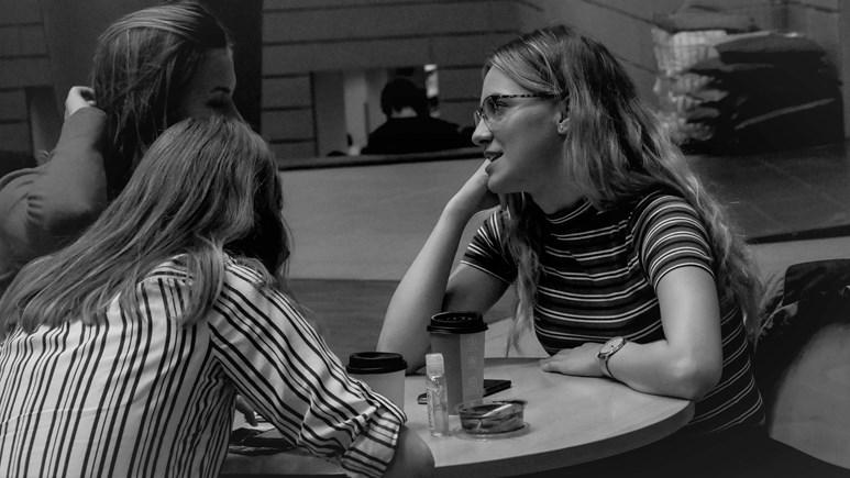 Kamarádky spolu tráví čas v atriu u kávy. Foto: Miloslava Némová