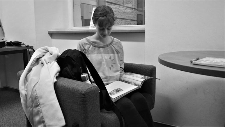 Čas v knihovně tráví studenti většinou ponoření do čtení. Foto: Radka Rybnikárová