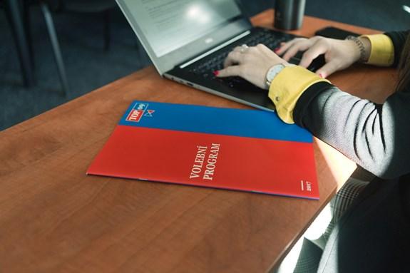 Na praxi pracuju celý den s notebookem, ať už jde o analýzu volebních kampaní nebo odpovídání na e-maily. Foto: Denisa Marynčáková