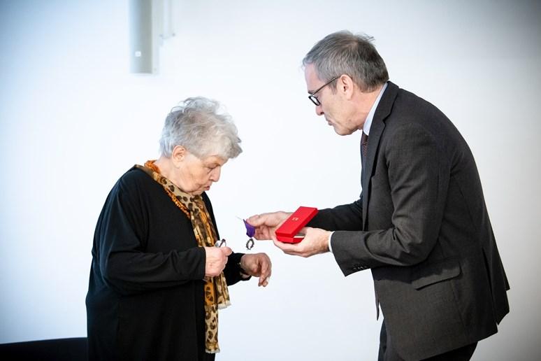 Doc. Ostrá přebírá vyznamenání z rukou kulturního rady Velvyslanectví Francouzské republiky Luca Lévyho.