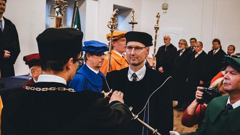 Při inauguraci Balík symbolicky převzal děkanské žezlo a zlatý řetěz od odstupujícího děkana Břetislava Dančáka. Foto: Miloslava Némová