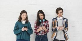 Nová výzkumná zpráva: Má zákaz mobilů o přestávkách smysl?