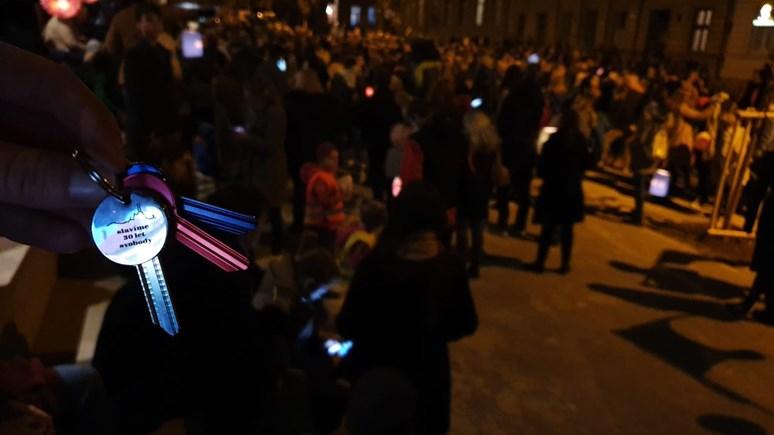 Klíče v barvách trikolóry byly rozdávány na náměstí Svobody TIC BRNO. Foto: Milan Vábek