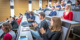 Během Slavnosti Týdne humanitních věd děkan ocenil studenty i zaměstnance fakulty