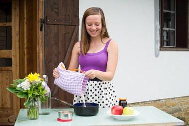 Život Škrdlíkové se s psaním blogu i knihy hodně změnil. Mnohem více si například začala doma vařit. Foto: archiv Heleny Škrdlíkové