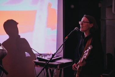 Lucie Čejková kromě hry na baskytaru v kapele i zpívá. Foto: Andrea Huserová