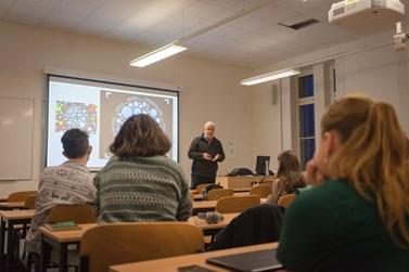 Profesor Rafaeli při přednášce kurzu Digital Culture/Clutter. Foto: Denisa Marynčáková