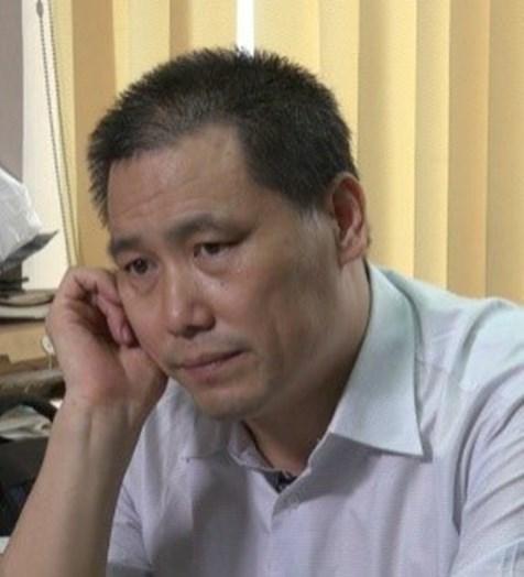 Právník Pu Zhiqiang (浦志强) provedl rozhovor se Xiao Yifeiem (肖疑飞), mužem drženým pod shuanggui Zdroj: VoA/ Wikimedia Commons (http://www.voachinese.com/content/beijing-focus-20130702/1693452.html, https://commons.wikimedia.org/w/index.php?curid=32684878)