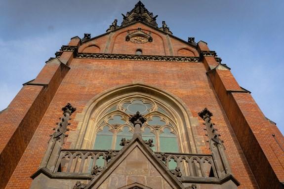 Původně byly jediným zdobným prvkem kostela barevné vitráže. Ty ale byly zničeny spojeneckými vojáky při bombardování města v roce 1944. Po druhé světové válce bylo 17 klenutých oken zaskleno pouze průsvitnými skly. Na obnovení vitráží neměla církev peníze. Foto: Denisa Marynčáková