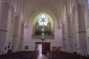 Žebrovou klenbu trojlodního prostoru nese šest pilířů. Prostoru nad vchodem vévodí velké gotické okno a varhany. Foto: Denisa Marynčáková
