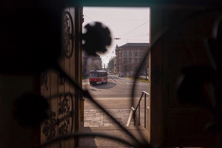 Pohled Husovou ulicí směrem k Denisovým sadům. Foto: Denisa Marynčáková