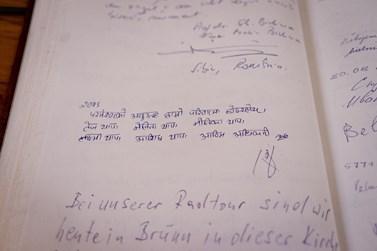 Návštěvní kniha v kostele je plná cizojazyčných vzkazů. Foto: Denisa Marynčáková