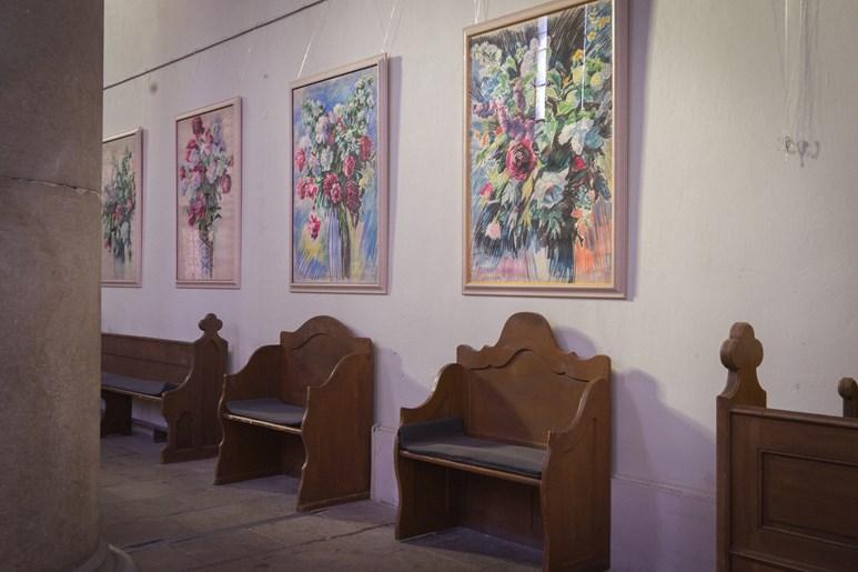 Stěny kostela často zdobí obrazy. Na fotce jsou zachycené barevné pastely Zdeňka Tupého, pedagoga Mendelovy univerzity, který vyučoval budoucí zahradníky kresbu a výtvarné umění. Foto: Denisa Marynčáková