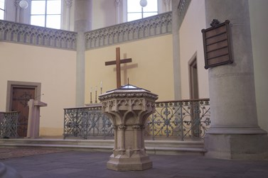 Křtitelnice byla původně umístěná v pravé sakristii (křtící kapli), aby se křest odehrával v soukromí. Foto: Denisa Marynčáková
