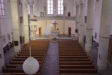 Nad oltářem nyní visí jen dřevěný kříž, pod omítkou se ale podle starých dokumentů ukrývá freska malíře Ferdinanda Laufberegera s názvem Kristus na kříži. Foto: Denisa Marynčáková