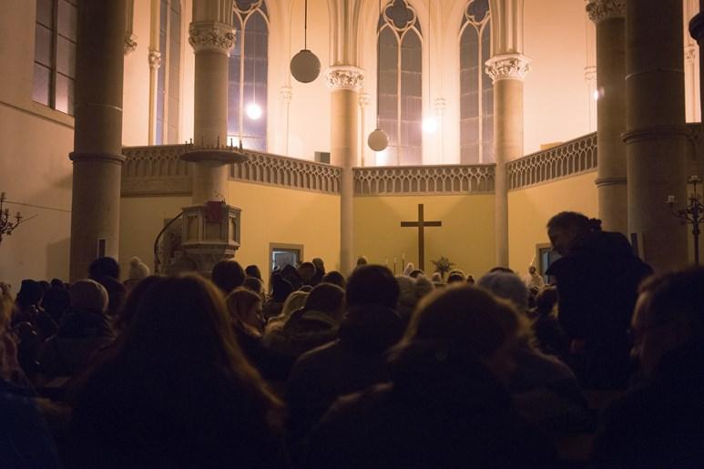 Přeplněné prostory Červeného kostela v předvečer svátku svaté Lucie. Studentský komorní sbor SIST v kostele zazpíval švédské písně. Foto: Denisa Marynčáková