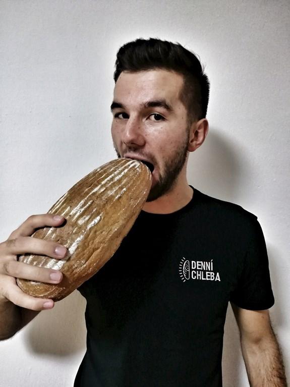 Jan Mazáč bere život s humorem. Na propagační akci webu Denní chleba si do krajíce kouslo najednou 61 lidí. Foto: archiv Jana Mazáče