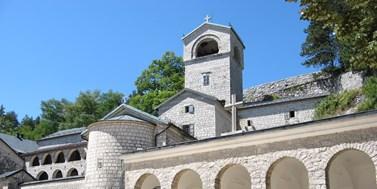 Zákon o svobodě vyznání v Černé Hoře: Protesty, zatýkání poslanců i diplomatický rozkol