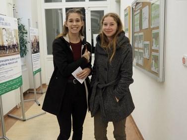 Kamarádky Nikola Kobzová (vpravo) a Julie Šenková přijely na Den otevřených dveří z Uničova. Foto: Radka Rybnikárová