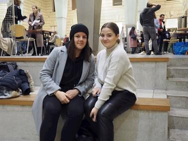 Studentky Markéta Divišová (vlevo) a Michaela Šedivá mají fakultu sociálních studií jako první volbu ve výběru vysokých škol. Foto: Radka Rybnikárová