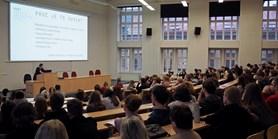 Zahraniční studenti na FSS: Anglicky oglobálních výzvách io vztahu politiky amédií