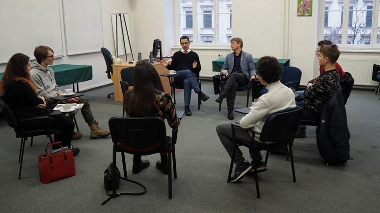 Akademici obklopení zájemci o studium odpovídali na jejich otázky. Foto: Radka Rybnikárová
