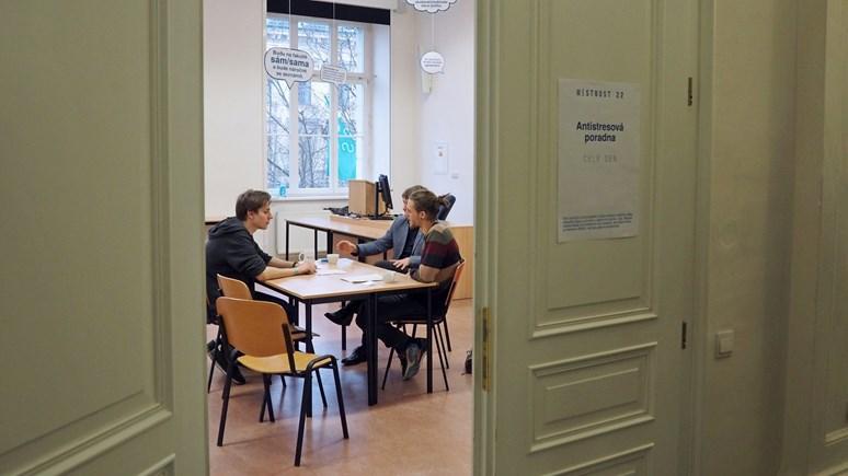 O svém stresu a obavách si mohli návštěvníci promluvit v učebně ve druhem patře. Foto: Radka Rybnikárová