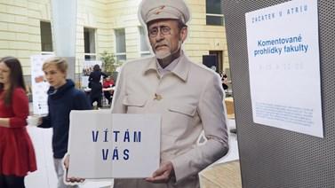 Uchazeči o studium na fakultě sociálních studií se dvakrát za den setkali u podobizny T. G. Masaryka, u které začínala komentovaná prohlídka fakulty. Foto: Radka Rybnikárová