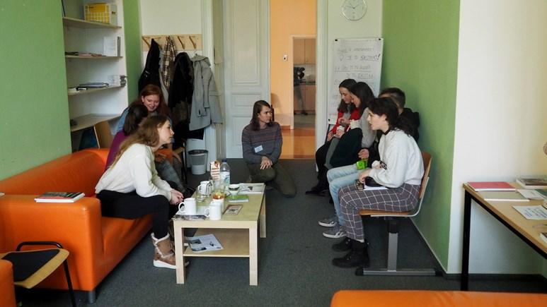 Čaj, káva a neformální prostředí čekalo na návštěvníky v sociologické kavárně či v kavárně sociální politiky a sociální práce. Foto: Radka Rybnikárová