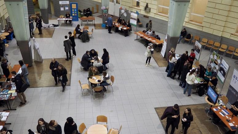 V atriu mohli návštěvníci navštívit stoly jednotlivých kateder i studentských spolků. Foto: Radka Rybnikárová