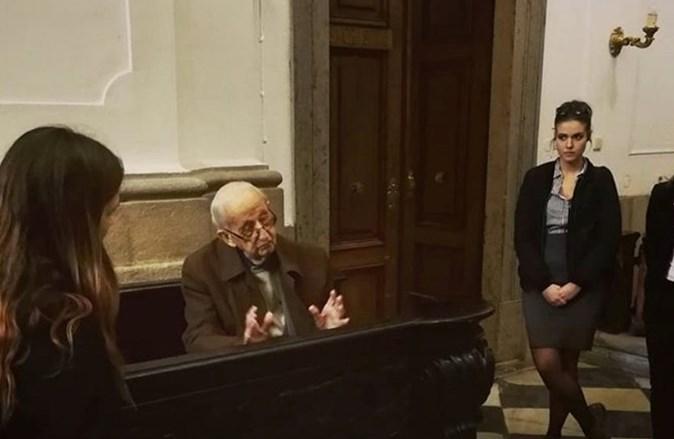 Použitá fotografie je z jarního semestru 2019, pan profesor na ní přednáší studentům v rámci předmětu Před originály: památky v Brně.