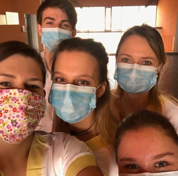 Studenti LF MU jako pomocná síla v nemocnici Ivančice (zdravotní sestry a medici)