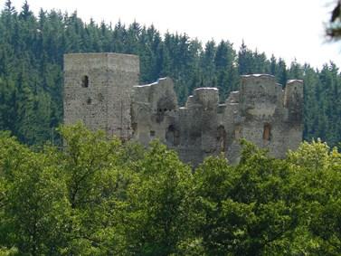 Obr. 1: Věž a palác horního hradu Rokštejn.