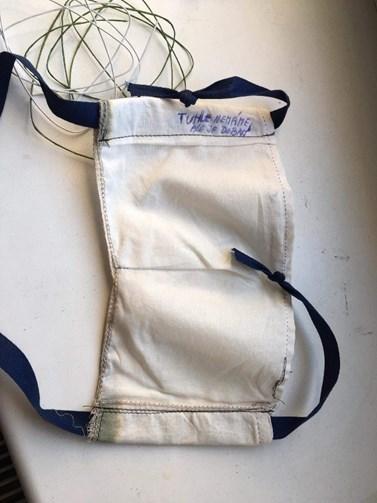 Obr. 5. Jednoduchá kapsová rouška opatřená výstužným drátkem v oblasti dotýkající se nosu.Foto: Archív Ústavu chemie a Ústavu fyzikální elektroniky PřF MU.