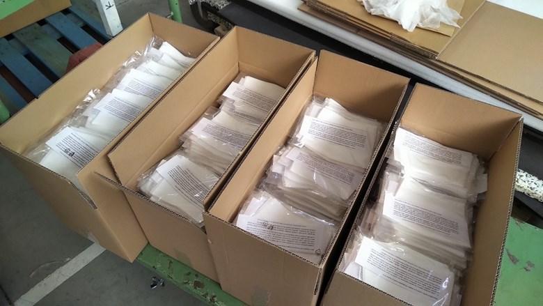 Obr. 7. Deset tisíc vložných filtrů balených po deseti připravených k distribuci. Foto: Archív Ústavu chemie a Ústavu fyzikální elektroniky PřF MU.