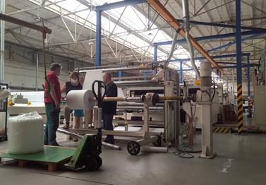 Obr. 3. Laminovací stroj externího dodavatele pro vytvoření pevného spojení vrstvy z nanovláken s podkladní netkanou textilií. Foto: Archív Ústavu chemie a Ústavu fyzikální elektroniky PřF MU.
