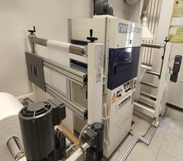 Obr. 1b. Velkokapacitní zařízení na přípravu nanovláken technologií z volné hladiny na ÚFE PřF MU. Foto: Archív Ústavu chemie a Ústavu fyzikální elektroniky PřF MU.