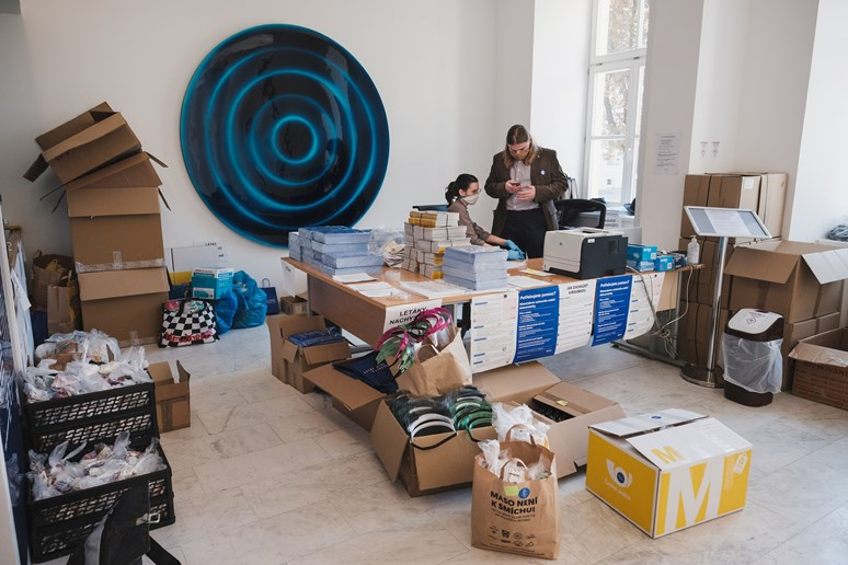 Ondřej Varaďa s kolegyní řeší v koordinačním centru dobrovolnických aktivit MU distribuci materiálu. Foto: Martin Indruch
