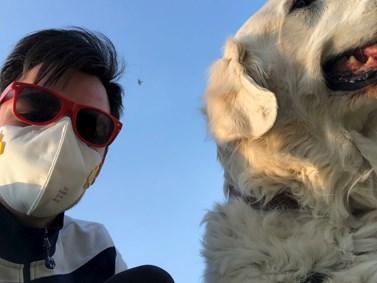 Venčení psa si Bumba užíval. Byl rád, že má o důvod víc dostat se do přírody. Foto: Archiv Štěpána Bumby