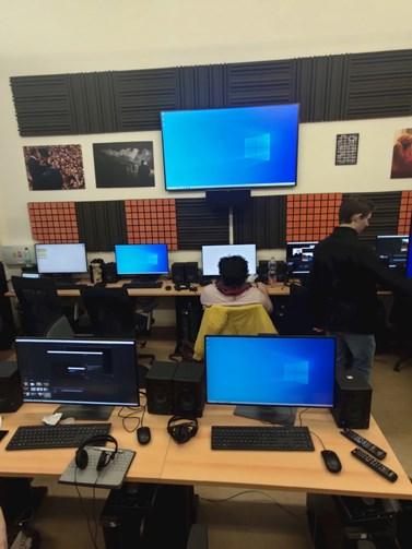 Redaktoři MUNI TV ve střižně byli posledními studenty na fakultě. Foto: Jakub Doubek